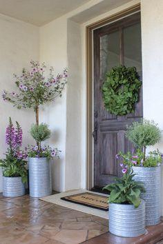 Hausverschönerung Front Porch Planters - Selecting The Right Patio Furniture Courtyard Landscaping, Front Yard Landscaping, Landscaping Ideas, Acreage Landscaping, Outdoor Landscaping, Farmhouse Landscaping, Inexpensive Landscaping, Front Door Entrance, Front Door Decor