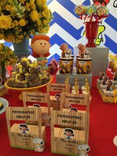 Caixinha no formato da Barraca da Lucy do Snoopy.. Feita de papel foto 230gr, cortada na máquina. Ideal para enfeite de mesa, dar de lembrancinhas para seus convidados com doces. Caixa vazia. Envio desmontada como na segunda foto. Tamanho da frente: 14cm de altura x 8,5cm de largura. Caixa: 8... Snoopy Birthday, Snoopy Party, Friend Birthday, Baby Boy Birthday Themes, 6th Birthday Parties, Birthday Ideas, Charlie Brown Christmas, Charlie Brown And Snoopy, Lion Party
