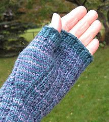Handed Yes, Fingered No – Mitts that Fit pattern by Ellen M. Silva Ravelry: Handed Yes, Fingered No – Mitts that Fit pattern de Ellen M. Loom Knitting, Knitting Stitches, Knitting Patterns Free, Free Knitting, Hat Patterns, Stitch Patterns, Knit Leg Warmers, Wrist Warmers, Hand Warmers