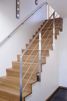 Trappa Zäta 2 med steg och sättsteg i klarlackad ek. Räcke 1 i rostfritt stål.
