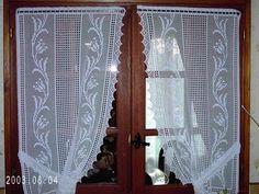 voici ce que cela donne une fo Crochet Curtain Pattern, Crochet Curtains, Curtain Patterns, Lace Curtains, Crochet Patterns, Crochet Numbers, Bohemian Curtains, Diy Crafts Crochet, Filet Crochet Charts