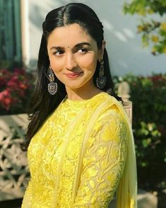Bollywood actress, Alia Bhatt is seen enjoying her post-breakup days attending her best friend's wedding and sharing some of the beautiful pictures and her Bollywood Celebrities, Bollywood Fashion, Bollywood Suits, Indian Wedding Outfits, Indian Outfits, Aalia Bhatt, Alia Bhatt Cute, Mehendi Outfits, Indian Look