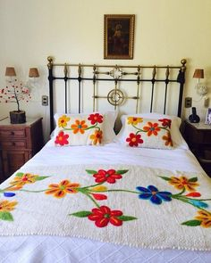 Boho Style Furniture And Home Decor Ideas - Vintage Decor Hand Embroidery Flowers, Flower Embroidery Designs, Hand Embroidery Patterns, Draps Design, Designer Bed Sheets, Floral Bedspread, Bed Scarf, Mexican Embroidery, Embroidery Techniques