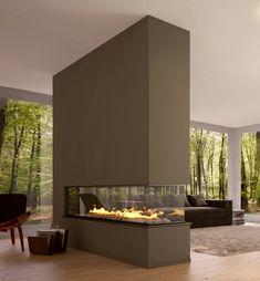 Raumteiler aus einer Wand mit dreiseitigem Kamin