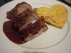 Schweinefilet mit Walnuss-Honig-Kruste, Lebkuchen-Preiselbeer-Rotwein-Sauce und Polentaherzen von estrellacanela
