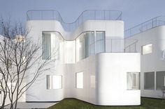 Curvacious Glossy White Home | Modern House Designs
