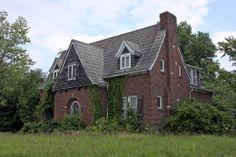 abandoned house in Missouri Abandoned Property, Old Abandoned Houses, Abandoned Buildings, Abandoned Places, Old Houses, Abandoned Castles, Old Mansions, Abandoned Mansions, Scary Houses