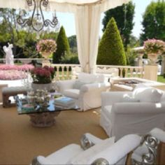 Lisa Vanderpump's house pics from: http://hookedonhouses.net/2011/03/23/lisa-vanderpumps-and-giggys-mansion-in-beverly-hills/