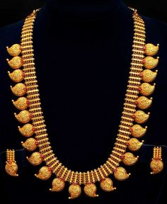 The tradition of wearing Kerala jewellery designs is as evergreen as the bride. If there are traditional kerala jewellery designs in heavy gold, there is diamond jewellery too for the Malayali Manga. Mango Mala Jewellery, Kerala Jewellery, Indian Jewellery Design, Latest Jewellery, Temple Jewellery, Indian Jewelry, Jewelry Design, Resin Jewellery, Jewellery Shops