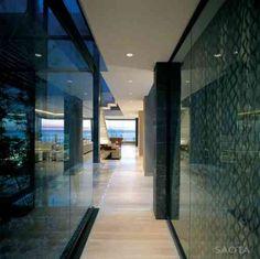 murs vitrés dans maison de luxe