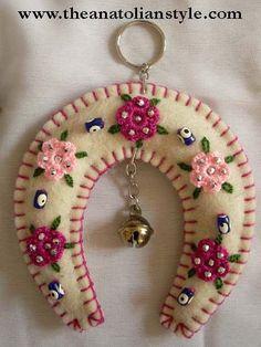 New Craft Felt Pattern Feltro Ideas Felt Christmas Decorations, Felt Christmas Ornaments, Felt Embroidery, Felt Applique, Fabric Crafts, Sewing Crafts, Felt Patterns, Felt Fabric, Felt Hearts