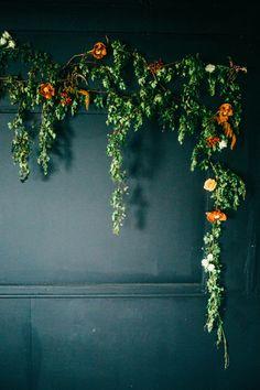 fall floral backdrop | via: grey likes weddings