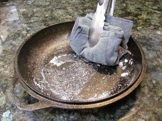 10 Key Things Everyone Should Know About Seasoning, Cleaning, & Maintaining Cast Iron Pans « Food Hacks Seasoning Cast Iron, Best Steak, Cast Iron Cookware, Iron Pan, Home Hacks, Soap Making, Fried Chicken, Clean House, Cleaning Hacks