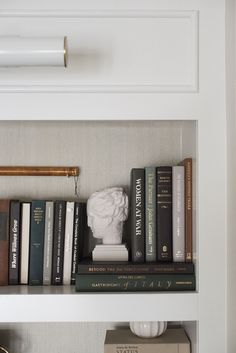 10 Tips for Shelf Styling with Lots of Books - Room for Tuesday - Home&Design - Anbau Deco Paris, Bookshelf Styling, Bookshelf Ideas, Modern Bookshelf, Bookshelf Speakers, Book Shelves, Wall Shelves, Aesthetic Room Decor, My New Room