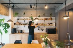 オープン収納にグリーンが映える mi* さんのアイランドキッチン | goodroom journal Home Design Decor, Dream Home Design, Home Interior Design, Interior Architecture, House Design, Home Decor, Diy Kitchen Shelves, Kitchen Decor, Kitchen Design