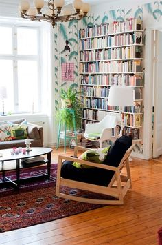 Personal Libraries _ A second small reading area, the library there is certainly smaller than the others, but just as much charm! It is in any case very well stocked! (I like a little kitsch wallpaper behind the books, the wooden floor and I would of course have as many books!)