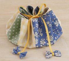 ブルー地のシンプルな花がらにギンガムチェックと水玉でさわやかな組み合わせ。/リバティプリントがかわいい秋の布小物(「はんど&はあと」2011年9月号)