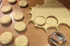 Starý rodinný recept na levné /žebrácke/ koblihy těsně před výplatou, které jsou měkoučké i druhý den Cookie Cutters, Cookies, Crack Crackers, Biscuits, Cookie Recipes, Cookie, Biscuit