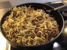 Dagens lune ret blev i dag til en omgang karrykål, en meget simpel og sund omgang men den er elsket af mange. Den kan også varieres i en uendelighed. Du kan komme æbler i, porre, chili eller udskifte oksekødet med kylling. Det er kun fantasien som sætter grænser. 500 g. hakket oksekød 1 stk. Løg…