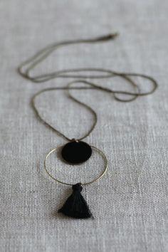 Suivez le tuto pour réaliser à votre tour un joli collier sautoir anneaux et pompon. Bronze et noir, il sera parfaitement assorti à vos tenues les plus chic