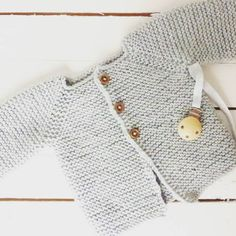 Warm and cozy hand knitted baby cardigan. This is very soft and confortable for baby wear in the first months. Buttons in wood Colors: (color pallete in pictures) Sizes: newborn 0 - 3 months 3 - 6 months 6 - 12 months 12 - 18 months 18 - 24 months Knitted in 100% merino wool. I
