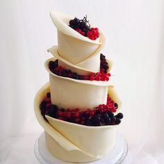 white chocolate wedding cake. Tarta de boda  de chocolate blanco y futos rojos .
