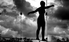 Leven met chronische pijn -Balanceren tussen aanvaarden en zoeken naar oplossingen Emelien Lauwerier (UGent) bespreekt het onderzoek rond hoe mensen kunnen leren leven met chronische pijn.   Naar schatting een persoon op twaalf krijgt in zijn/haar leven te maken met chronische pijn. Dit maakt chronische pijn niet enkel een veelvoorkomend gezondheidsprobleem, het heeft vaak ook een aanzienlijke impact op de levenskwaliteit.