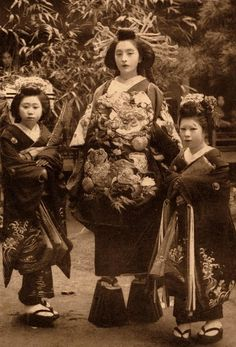 KIMONO kimono... Don't miss the shoes on the middle girl Vintage Japanese, Japanese Art, Japanese History, Japanese Geisha, Japanese Kimono, Japanese Culture, Japanese Beauty, Japanese Fashion, Welt