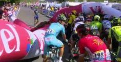 Inusual caída de inflable causó problemas a ciclistas en el Tour de Francia