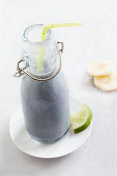 Milkshake au lait de riz, glace au sésame noir, banane et citron vert {Rice milk shake, with black sesame ice cream, banana and lime}