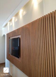 Móvel TV para suíte casal com a tendência do momento: Painel ripado na vertical