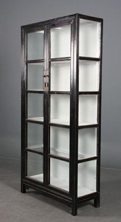 vitrineskab  Mål: H. 198 B. 92,5 D. 38 cm.  DKK: 3.995,00