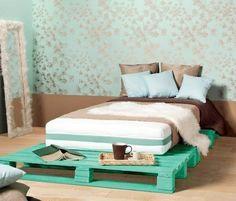 Bett aus Europaletten im Türkischgrün