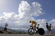 Tour de France : Chris Froome et ses Sky sont plus forts que tout - Il lui a suffi de trois attaques, dans la descente vers Bagnères-de-Luchon, dans le vent vers Montpellier puis sur le contre-la-montre de Megève, pour faire la différence : depuis lors, le maillot jaune Chris Froome profite des étapes de montagne pour conforter sa position de patron, en ne laissant aucune miette à ses adversaires, incapables de suivre le rythme de ces Sky im