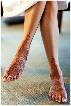Love this elegant feet henna for bridal mehndi - looks modern but classic- use this type of design for your indian wedding or even your fusion wedding! Henna Tattoo Designs, Henna Tatoo, Henna Mehndi, Henna Art, Mandala Tattoo, Ankle Henna Designs, Designs Mehndi, Tattoo Ideas, Bridal Henna