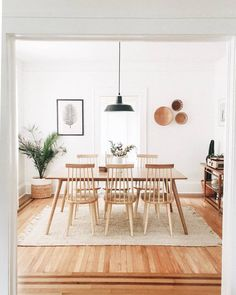 42 Best Dining Room Lighting Ideas For 2019 - Home Decorating Inspiration Dining Room Inspiration, Home Decor Inspiration, Dinning Room Ideas, Dining Room Design, Interior Design Living Room, Dining Rooms, Minimalist Home, Minimalist Dining Room, Minimalist Lifestyle