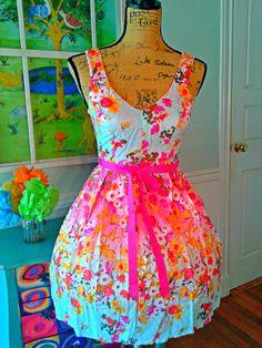 Schattig tuin partij Floral Dress / bruiloft / zomer / Zwitserse Dot katoen / Sundress/Full Skirt / schep terug / thee jurk /Size4 door PussycatAlice op Etsy https://www.etsy.com/nl/listing/469158777/schattig-tuin-partij-floral-dress