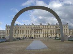 Depuis 2008, le Château de Versailles s'ouvre à l'art contemporain. Après Giuseppe Penone, c'est l'artiste coréen Lee Ufan, peintre et sculpteur, qui est aujourd'hui l'invité.
