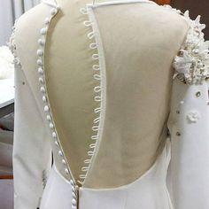 Обрати внимание: как пришита молния в юбке и пуговицы на спине. Sewing Tutorials, Sewing Hacks, Sewing Patterns, Sleeve Designs, Blouse Designs, Glamour Moda, Draping Techniques, Couture Sewing Techniques, Fashion Sewing
