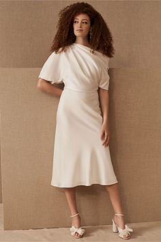 Little White dresses for brides in lace, sparkle, and sleek silhouettes. As couples turn to more intimate gatherings or even to elopements, short wedding dresses are gaining popularity. We've put together a shoppable guide of the best short wedding dresses you can buy online! #gws #greenweddingshoes #littlewhitedresses #shortweddingdresses Fringe Wedding Dress, Wedding Dress Styles, Tulip Dress, Princess Ball Gowns, Tuxedo Dress, Gowns With Sleeves, Little White Dresses, Vintage Dresses, Bhldn