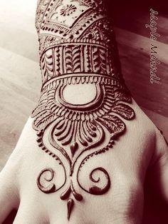 """Tatuajesde henna Galería de las mejores imagenes de tatuajesde henna Los tatuajes de henna son temporales ya que no se realizan mediante agujas ni dañan la epidermis, sino que se dibujan únicamente sobre la capa superior de la piel con un producto de pasta de henna, mediante un proceso que se denomina """"Mehndi"""". Los tatuajes de henna"""