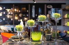 Une déco de table avec des bougies vertes.