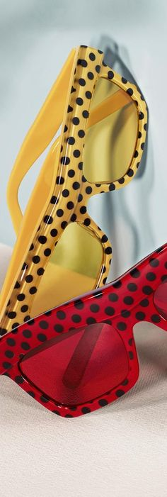 Wave Splash and Wave Dot sunglasses in primary colours from the Burberry runway collection - ladies fashion style Dots Fashion, Fashion Moda, Teen Fashion, Fashion Tips, Fashion Weeks, Runway Fashion, Style Fashion, Fashion Outfits, Fashion Trends