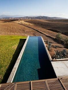 In the heart of the Moroccan countryside, overlooking the grandiose High Atlas, the Villa K is designed by french architecture firm studio ko. The villa Modern Landscape Design, Modern Landscaping, Beautiful Pools, Beautiful Villas, Villa K, Ideas De Piscina, Modern Pools, French Architecture, Dream Pools