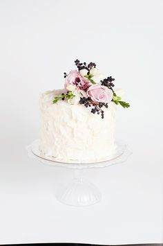 Wedding Cake Recipes Coconut snow cake by Cake Ink - Marrying in Winter? Our roundup of Winter Wedding Cakes has plenty of Winter inspiration. From metallic silver cakes, to Winter flavours, to Winter flowers . - Page 27 Mini Tortillas, Small Wedding Cakes, Wedding Cake Rustic, Rustic Cake, Snow Cake, Silver Cake, Order Cake, Wedding Cake Inspiration, Wedding Ideas