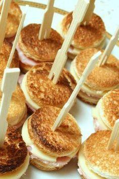 Croque Apero : Pour 16 mini croques : 8 tranches pain de mie, 3 tr. jambon, 5 tr. emmental ou autre. Chauffer four position grill. Avec emporte-pièce découper 32 disques pain. Faire idem avec jambon et fromage, 16 disques de chaque. Toaster pain au four, retourner à mi-cuisson. A la sortie du four assembler les mini-croques. Remettre quelques instants au four. Servir chaud. Remplacer jambon par saumon fumé et fromage frais assaisonné avec aneth, sel, poivre.