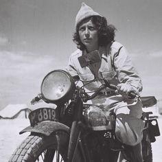 Droroa Harehuveni, une jeune messagère de la Haganah, conduit sa moto entre les lignes ennemies en 1948.