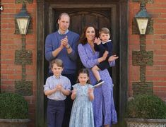 """Prince William, Kate Middleton, Prince George, Princess Charlotte and Prince Louis all came together to applaud NHS workers on a campaign """"Clap for Carers"""" Kate Middleton Kids, Looks Kate Middleton, Estilo Kate Middleton, William Y Kate, Prince William And Catherine, Elizabeth Ii, Beauty And Fashion, Fashion Looks, Fashion Tips"""