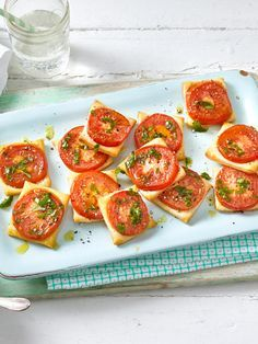 Tomaten Blätterteig Quadrate eating breakfast eating dinner eating for beginners eating for weight loss eating grocery list eating on a budget eating plan eating recipes eating snacks Party Finger Foods, Snacks Für Party, Tv Snacks, Brunch Recipes, Appetizer Recipes, Snacks Recipes, Clean Eating Snacks, Healthy Snacks, Breakfast Party