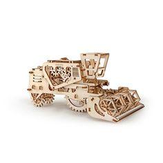 Toe aan een echte uitdaging? Bouw je eigen Combine van hout. Ugears, HET merk voor Mechanical models, uitgevoerd in prachtig hout. Alle onderdelen zijn al uitgezaagd en kun je voorzichtig uit de platen drukken. Volg de handleiding met duidelijke illustraties stap voor stap en maak het model.�  Eenmaal in elkaar gezet kan het model ook echt rijden. Beweegt langzaam voort door een moter aangedreven voor een elastiek. Beweeg de hendel en open een geheime bewaarplaats. Zo kan de Combine heel…